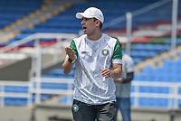 CALI - COLOMBIA, 17-06-2021: Jhon Bodmer técnico de Valledupar gesticula durante partido por la fecha 21, cuadrangulares semifinales, del Torneo BetPlay DIMAYOR I 2021 entre Atlético F.C. y Valledupar F.C. jugado en el estadio Pascual Guerrero de la ciudad de Cali. / Jhon Bodmercoach of Valledupar gestures during match for the date 21, semifinal home runs, as part of BetPlay DIMAYOR Tournament I 2021 between Atletico F.C. and Valledupar F.C. played at Pascual Guerrero stadium in Cali. Photo: VizzorImage / Gabriel Aponte / Staff