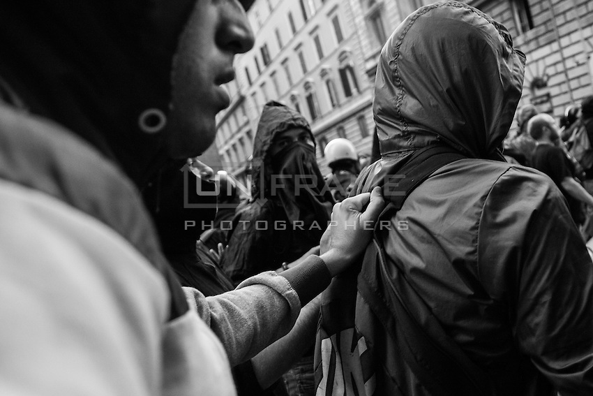Rioters escape a riot police assault after an attack  to the  nearby  Ministry of Economy. Rome, Italy. 19 October 2013
