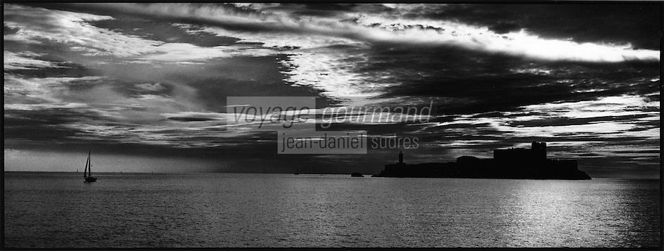 Europe/France/Provence-Alpes-Côte d'Azur/13/Bouches-du-Rhône/Marseille: Lumière du soir  sur  les iles du Frioul