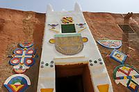 NIGER Zinder, gate of palace of Sultan DAMAGARAM<br /> El Hadji ABOUBACAR OUMAROU SANDA / NIGER Zinder Sultan Palast, Palastwachen des Sultan von DAMAGARAM<br /> El Hadji ABOUBACAR OUMAROU SANDA