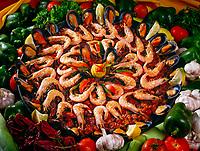 Spanien, Kanarische Inseln, Fuerteventura, Paella, einheimisches Gericht garniert mit Shrimps | Spain, Canary Island, Fuerteventura, Paella, local food garnished with shrimps