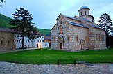 Das Kloster Visoki De?ani (kurz De?ani) ist ein mittelalterliches serbisch-orthodoxes Kloster im Kosovo, das von Serbien als Teil seines Staatsgebietes betrachtet wird. 2004 wurde das Kloster von der UNESCO zum Weltkulturerbe erklärt. Wegen der rechtlich unklaren Situation des Kosovo und der schwierigen Sicherheitslage wurde es gleichzeitig auf der Roten Liste des gefährdeten Welterbes eingetragen. / The monastery Visoki De?ani (De?ani short) is a medieval Serbian Orthodox monastery in Kosovo. Serbia considers it as a part of its territory. In 2004 the monastery was appointed as a UNESCO World Heritage Site. Because of the unsolved legal situation in Kosovo and the difficult security situation it was at the same time put down on the Red List of World Heritage in Danger.
