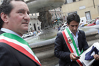 Sindaci indossano la fascia tricolore durante una protesta dell'Associazione Nazionale Comuni Italiani (Anci) contro i tagli previsti dalla spending review del governo nei confronti degli enti locali, a Roma, 24 luglio 2012..Mayors wearing their tricolour bands take part in a protest promoted by the Italian Municipalities Association (Anci) against government's financial cuts to local municipalities, in Rome, 24 july 2012. .UPDATE IMAGES PRESS/Riccardo De Luca