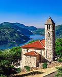 Schweiz, Tessin, Cademario oberhalb von Lugano, Kirche St. Ambrogio, im Hintergrund der Lago Lugano | Switzerland, Ticino, Cademario above Lugano: church St. Ambrogio, Lago lugano at background