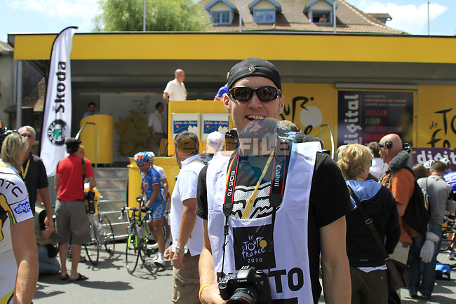 Steve Franzoni at sign on before the start of Stage 18 of the 2010 Tour de France running 198km from Salies-de-Bearn to Bordeaux, France. 23rd July 2010.<br /> (Photo by Eoin Clarke/NEWSFILE).<br /> All photos usage must carry mandatory copyright credit (© NEWSFILE | Eoin Clarke)