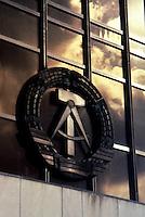 BERLINO EST / DDR / GERMANIA EST / 20 NOVEMBRE 1989.IL SIMBOLO DELLA DDR DOMINA LA FACCIATA DEL PALAZZO DEL POPOLO SEDE DEL GOVERNO E DEL PARTITO COMUNISTA DELLA GERMANIA EST..FOTO LIVIO SENIGALLIESI..EAST BERLIN / DDR / EAST GERMANY / 20 NOVEMBER 1989.SYMBOL OF DDR ON THE FRONT OF PALACE OF GOVERNAMENT (VOLKSKAMMER)..PHOTO LIVIO SENIGALLIESI