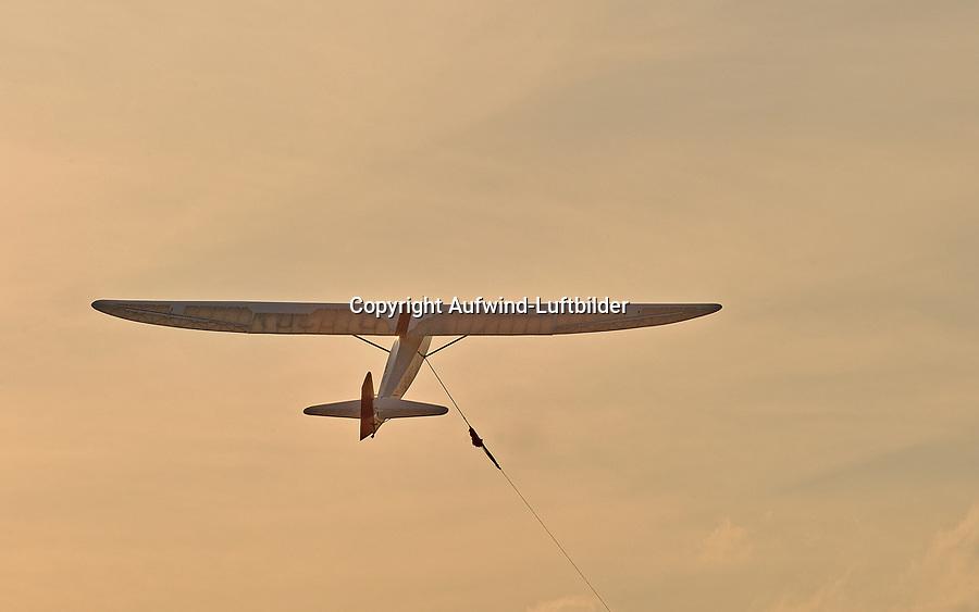 Baby im Windenstart: EUROPA, DEUTSCHLAND, HAMBURG, (GERMANY), 07.04.2013: Segelflugzeug vom Typ Grunau Baby im  Windenstart