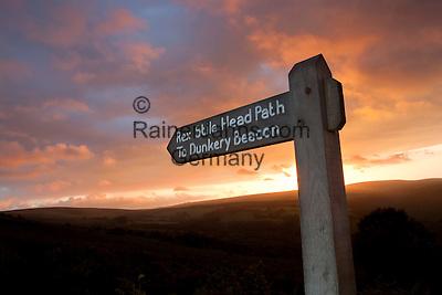 Great Britain, England, Somerset, near Porlock, Exmoor National Park: Footpath sign to Dunkery Beacon at sunset | Grossbritannien, England, Somerset, bei Porlock, Exmoor National Park: Wegweiser fuer Wanderer zum Dunkery Beacon, Sonnenuntergang