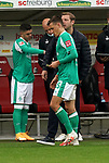 17.10.2020, Schwarzwald Stadion, Freiburg, GER, 1.FBL, SC Freiburg vs SV Werder Bremen<br /> <br /> im Bild / picture shows<br /> Trainer Florian Kohfeldt (Bremen) gibt Maximilian Eggestein (Bremen) einen Zettel<br /> <br /> Foto © nordphoto / Bratic<br /> <br /> DFL REGULATIONS PROHIBIT ANY USE OF PHOTOGRAPHS AS IMAGE SEQUENCES AND/OR QUASI-VIDEO.