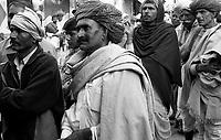 11.2008  Pushkar (Rajasthan)<br /> <br /> Men watching television in a shop from the street during the kartik purnima.<br /> <br /> Hommes regardant la télévision dans un magasin depuis la rue pendant kartik purnima.