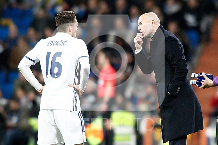 Real Madrid's coach Zinedine Zidane (r) and Mateo Kovacic during La Liga match. March 1,2017. (ALTERPHOTOS/Acero)