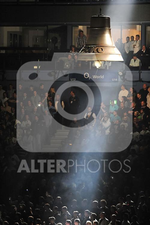 16.10.2010, o2 World, Hamburg, GER, Weltmeisterschaft Schwergewicht, Dr. Vitali Klitschko (GER) vs Shannon Briggs (USA), im Bild Feature Klitschko-Glocke im Lichtstrahl Foto © nph / Witke