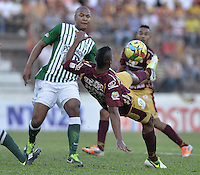 IBAGUÉ -COLOMBIA, 23-06-2013. Danovis Banguero (D) de Deportes Tolima disputa el balón con un jugador de Atlético Nacional durante partido de los cuadrangulares finales, fecha 2, de la Liga Postobón 2013-1 jugado en el estadio Manuel Murillo Toro de la ciudad de Ibagué./ Deportes Tolima Danovis Banguero (R) fights for the ball with Atletico Nacional player during match of the final quadrangular 3th date of Postobon  League 2013-1 at Manuel Murillo Toro stadium in Ibague city. Photo: VizzorImage/STR