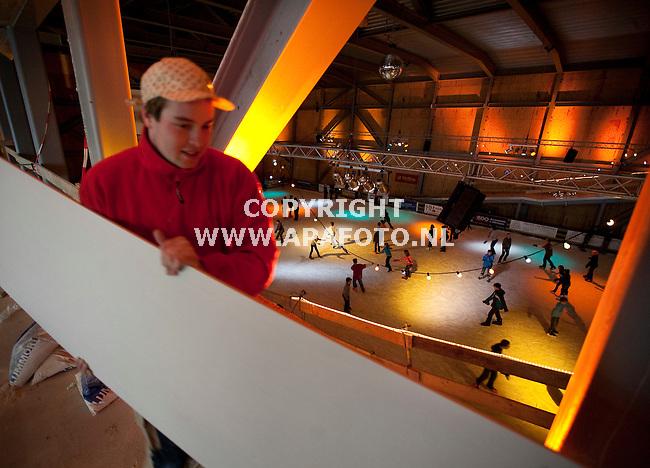 Ede, 190109<br /> Welling uit Didam bouwt een evenementenhal aan de bioscoop Cinemec. De werkzaamheden binnen liggen vrijwel stil vanwegen een tijdelijke schaatsbaan. Dit weekend gaat de stekker uit de baan zodat vanaf volgende week weer volop gebouwd kan worden. <br /> Foto: Sjef Prins - APA Foto