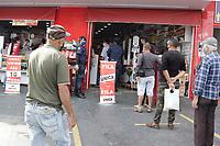 Campinas, SP. 22/05/2020 - Comércio - A Guarda Municipal da cidade de Campinas, interior de São Paulo e fiscais do Procon e Defesa Civil, realizaram nesta sexta-feira (22), operação na região do Distrito do Ouro Verde para acompanhar o cumprimento das medidas da quarentena nos comércios e tambem a distribuição de mascaras e alcool em gel para a população.