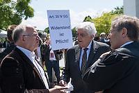 """Unter dem Motto: """"Frau Merkel: Aussitzen ist Beihilfe!"""" protestierten am Samstag den 30.Mai 2015 Rechtsanwaeltinnen und Rechtsanwaelte vor dem Bundeskanzleramt gegen die geplante Vorratsdatenspeicherung.<br /> Die Kundgebung fand anlaesslich des 2. Jahrestages der Enthuellungen von Edward Snowden ueber die weltweiten verfassungswidrigen Massenueberwachung durch Geheimdienste statt. Aufgerufen zu der Kundgebung hatte die parteiunabhaengige Hamburger Initiative """"Rechtsanwaelte gegen Totalueberwachung"""".<br /> Links im Bild: Peter Schaar (Bundesdatenschutzbeauftragter a.D.).<br /> In der Bildmitte: Dr. Burkhard Hirsch (Vizepraesident des Deutschen Bundestages a.D.).<br /> 30.5.2015, Berlin<br /> Copyright: Christian-Ditsch.de<br /> [Inhaltsveraendernde Manipulation des Fotos nur nach ausdruecklicher Genehmigung des Fotografen. Vereinbarungen ueber Abtretung von Persoenlichkeitsrechten/Model Release der abgebildeten Person/Personen liegen nicht vor. NO MODEL RELEASE! Nur fuer Redaktionelle Zwecke. Don't publish without copyright Christian-Ditsch.de, Veroeffentlichung nur mit Fotografennennung, sowie gegen Honorar, MwSt. und Beleg. Konto: I N G - D i B a, IBAN DE58500105175400192269, BIC INGDDEFFXXX, Kontakt: post@christian-ditsch.de<br /> Bei der Bearbeitung der Dateiinformationen darf die Urheberkennzeichnung in den EXIF- und  IPTC-Daten nicht entfernt werden, diese sind in digitalen Medien nach §95c UrhG rechtlich geschuetzt. Der Urhebervermerk wird gemaess §13 UrhG verlangt.]"""