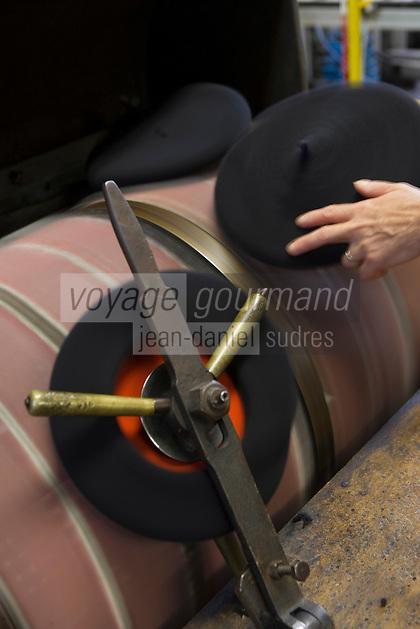 Europe/France/Aquitaine/64/Pyrénées-Atlantiques/Nay: Fabrication artisanale du Béret basque  en fait d'origine Béarnaise chez Blancq-Olibet -Grattage du béret pour lever les poils