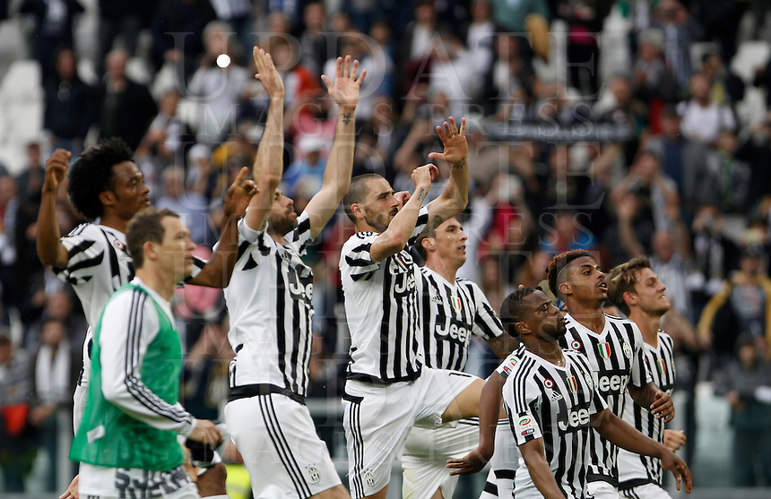 Calcio, Serie A: Juventus vs Palermo. Torino, Juventus Stadium, 17 aprile 2016.<br /> Juventus' players celebrate at the end of the Italian Serie A football match between Juventus and Palermo at Turin's Juventus Stadium, 17 April 2016. Juventus won 4-0.<br /> UPDATE IMAGES PRESS/Isabella Bonotto