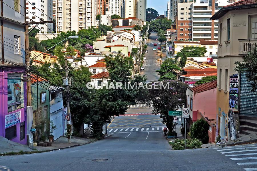 Cidade vazia, crise na saude, Coronavirus. Cruzamento Sumare, Sao Paulo. 04.04.2020. Foto Juca Martins
