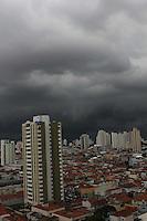 SAO PAULO, SP, 09 DEZEMBRO 2011 - CLIMA TEMPO CAPITAL PAULISTA - Nuvens carregadas sobre a zona leste de São Paulo, na tarde desta sexta-feira.  (FOTO: LUIZ GUARNIERI - NEWS FREE).