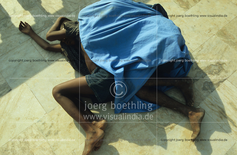 "S?dasien Asien Indien IND Bombay , schlafende Strassenkinder an einer Strasse in Andheri. - Kinder Obdachlosigkeit Armut xagndaz   .South Asia India Bombay Mumbai , sleeping street children .  -  poverty .  [ copyright (c) Joerg Boethling / agenda , Veroeffentlichung nur gegen Honorar und Belegexemplar an / publication only with royalties and copy to:  agenda PG   Rothestr. 66   Germany D-22765 Hamburg   ph. ++49 40 391 907 14   e-mail: boethling@agenda-fototext.de   www.agenda-fototext.de   Bank: Hamburger Sparkasse  BLZ 200 505 50  Kto. 1281 120 178   IBAN: DE96 2005 0550 1281 1201 78   BIC: ""HASPDEHH"" ,  WEITERE MOTIVE ZU DIESEM THEMA SIND VORHANDEN!! MORE PICTURES ON THIS SUBJECT AVAILABLE!! INDIA PHOTO ARCHIVE: http://www.visualindia.net ] [#0,26,121#]"