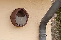Halbhöhlen-Nistkasten, Halbhöhle, Nistkasten aus Holzbeton an Hausfassade, Bruthilfe für Grauschnäpper, Rotschwänzchen und andere