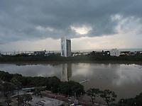 Recife (PE), 12/04/2021 - Depois de um final de semana de chuvas, o Rio Capiparibe no centro do Recife amanhaceu com um volume de água fora do normal. Segunda Apac 75 milintros era esperado para o mês de abril, mas chuveu 75 m neste final de semana.