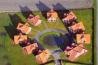Rundling: EUROPA, DEUTSCHLAND,  NIEDERSACHSEN (EUROPE, GERMANY), 29.07.2012: moderner Rundling nahe Wilhelmshaven an der niedersaechsischen Nordseeküste. Baugleiche Ferienhaeuser gebaut in einem Kreis.