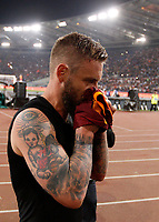 Calcio, Serie A: Roma vs Juventus. Roma, stadio Olimpico, 14 maggio 2017. <br /> Roma's Daniele De Rossi kisses his jersey before to throw it to fans at the end of the Italian Serie A football match between Roma and Juventus at Rome's Olympic stadium, 14 May 2017. Roma won 3-1.<br /> UPDATE IMAGES PRESS/Riccardo De Luca