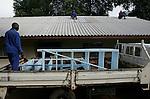Foto: VidiPhoto..MASVINGO - Een plaatselijke aannemer bouwt naast het Morgensterziekenhuis, gerund door de Nederlandse arts Herman ten Hove, een nieuw HIV-gebouw waar HIV-patiënten geholpen kunnen worden. Omdat er nauwelijks bouwmaterialen voorhanden zijn in het bankroete Zimbabwe, worden voor het dak astbestplaten gebruikt. De bouw van de HIV-ruimte is mogelijk met behulp van Nederlandse donaties van onder meer de zendingsorganisatie GZB. Door langdurige stakingen vanaf september en gebrek aan medicijnen waren de meeste ziekenhuizen gesloten. Daardoor kreeg het Morgenster-missieziekenhuis driemaal zoveel patiënten te verwerken dan normaal.