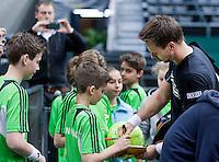 05-02-11, Tennis, Netherlands, Rotterdam, ABNAMROWTT 2011, Robin Soderling  voorziet de balldenkinderen van handtekeningen