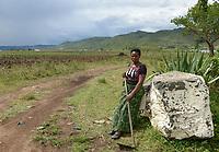 TANSANIA, Tarime Distrikt, Dorf Nyakunguru an der Acacia Gold Mine, Mary Mugesi Chacha, 40 Jahre, lebt mit ihrer Familie an der Goldmine, Grenzstein der Mine