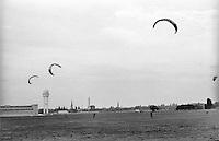Berlino, aeroporto di Tempelhof riqualificato a parco pubblico. Aquiloni --- Berlin, Tempelhof airport requalified to public park. Kites