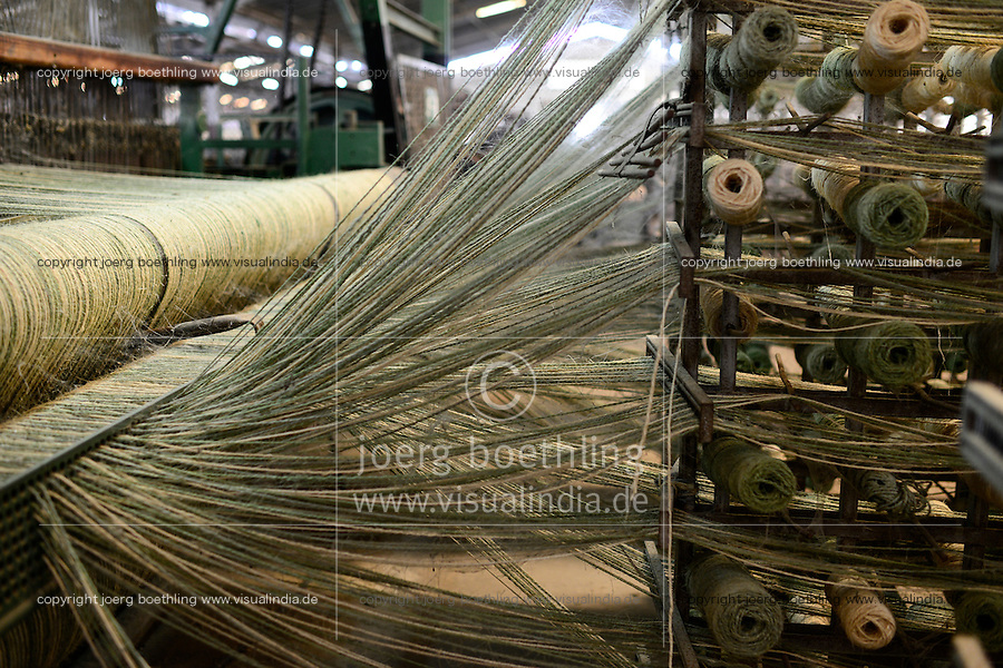 TANZANIA Tanga, Sisal industry, Tancord 1998 Ltd., processing of sisal fibres to yarn rope mat carpet , weaving section, weaving loom / TANSANIA Tanga, Sisal Industrie, Tancord ein Unternehmen der Katani Gruppe  Verabeitung der Sisalfaser zu Garn, Seil, Matte, Teppich, Weberei, Webstuhl