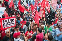 BUENOS AIRES, ARGENTINA, 24 DE JANEIRO DE 2012 - PROTESTO CONTRA POLICITICA BRITANICA -  Manifestantes protestam contra a política britanica nas Ilhas Malvinas, e expressa apoio ao governo de Cristina Kirchner, ato realizado em frente a embaixada da Gra Bretanha em Buenos Aires, capital da Argentina, nesta terca-feira, 24.  (FOTO: PATRICIO MURPHY - NEWS FREE).