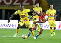 BOGOTA - COLOMBIA - 23-08-2015: Almir Soto (Der.) jugador de Independiente Santa Fe disputa el balón Cristian Canga (Izq.) jugador de Atletico Huila, durante partido por la fecha 8 entre Independiente Santa Fe y Atletico Huila de la Liga Aguila II-2015, en el estadio Nemesio Camacho El Campin de la ciudad de Bogota. / Almir Soto (R) player of Independiente Santa Fe struggles for the ball with Cristian Canga (L) jugador of Atletico Huila, during a match of the 8 date between Independiente Santa Fe and Atletico Huila, for the Liga Aguila II -2015 at the Nemesio Camacho El Campin Stadium in Bogota city, Photo: VizzorImage / Luis Ramirez / Staff.