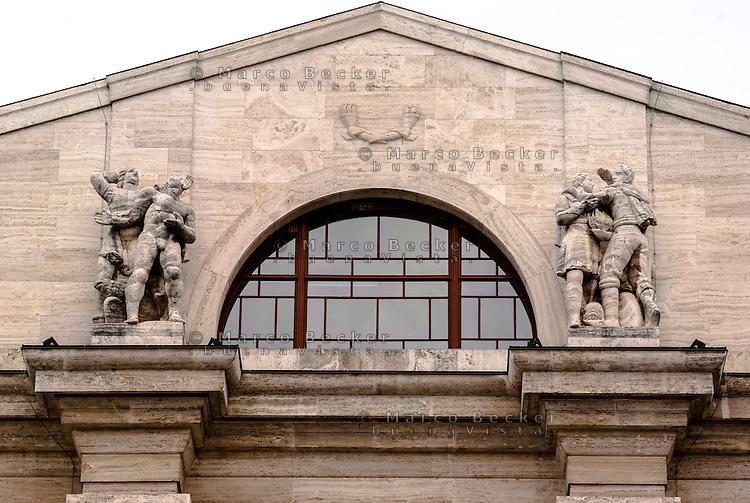Milano, piazza Affari. Particolare di palazzo Mezzanotte, sede della Borsa --- Milan, Affari square. Detail of Palazzo Mezzanotte, seat of the Italian stock exchange