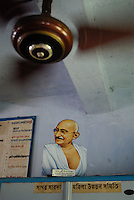 "Asien Suedasien Indien Bildnis von Mahatma Gandhi  im Buero | .South asia India , image of Mahatma Gandhi in office .| [ copyright (c) Joerg Boethling / agenda , Veroeffentlichung nur gegen Honorar und Belegexemplar an / publication only with royalties and copy to:  agenda PG   Rothestr. 66   Germany D-22765 Hamburg   ph. ++49 40 391 907 14   e-mail: boethling@agenda-fototext.de   www.agenda-fototext.de   Bank: Hamburger Sparkasse  BLZ 200 505 50  Kto. 1281 120 178   IBAN: DE96 2005 0550 1281 1201 78   BIC: ""HASPDEHH"" ,  WEITERE MOTIVE ZU DIESEM THEMA SIND VORHANDEN!! MORE PICTURES ON THIS SUBJECT AVAILABLE!!  ] [#0,26,121#]"