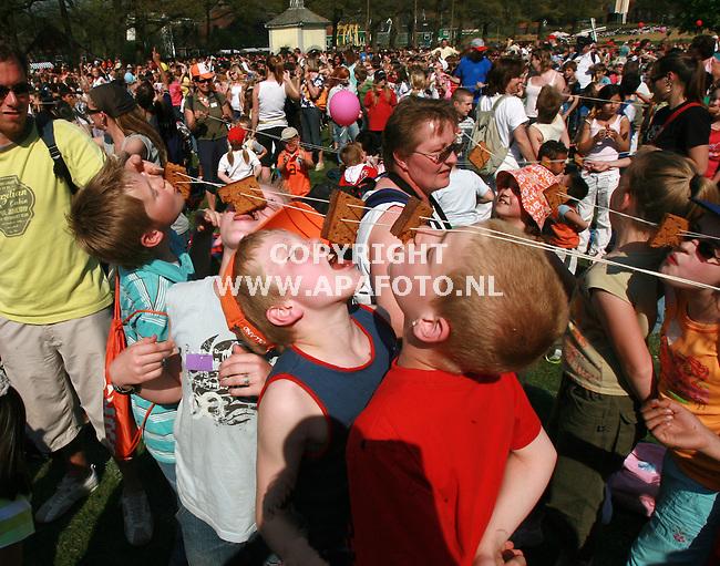 Arnhem 160407 4500 leerlingen op het grootste schoolreisje ooit, vestigwen ook nog een wereldrecord koekhappen in het Open Lucht Museum.<br /> Foto Frans Ypma APA-foto