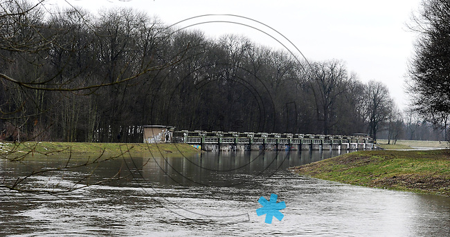 Flut Hochwasser Deich Spaziergang Sperrwehr Hochwasserschutz Schmelze Frühjahr Auwald feature - im Bild: Nahle und  Nahlewehr am Auwald / Wahren .  Foto: Norman Rembarz