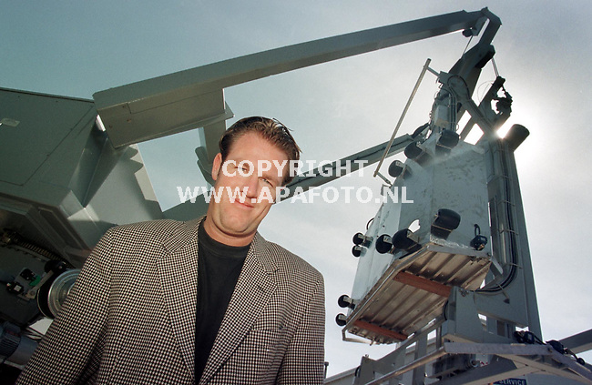 Arnhem,29-04-99  foto:Koos Groenewold <br />Dhr Beumer bij gevellift.