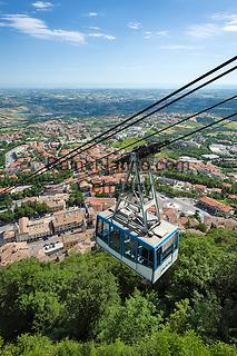 Republic of San Marino, San Marino City: aerial tramway connecting the City of San Marino on top of Monte Titano with Borgo Maggiore | Republik San Marino, San Marino Stadt: Seilbahn vom Borgo Maggiore auf den Monte Titano