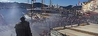 """Europe/Provence-Alpes-Côte d'Azur/83/Var/Saint-Tropez:Défilé lors  de la  Bravade  sur le port et le quai Frédéric Mistral  -   vu depuis la terrasse de l' Hotel """"Sube""""-Les Bravades sont des processions en l'honneur du Saint Patron de la ville]"""