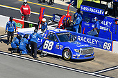 #68: Clay Greenfield, Clay Greenfield Motorsports, Toyota Tundra Rackley Roofing pit stop