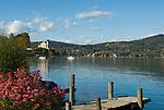 Oesterreich, Kaernten, Reifnitz am Woerthersee: Bootssteg, im Hintergrund Schloss Reifnitz - Klein Miramar in der Reifnitzer Bucht | Austria, Carinthia, Reifnitz at Lake Woerth: landing pier, at background castle Reifnitz