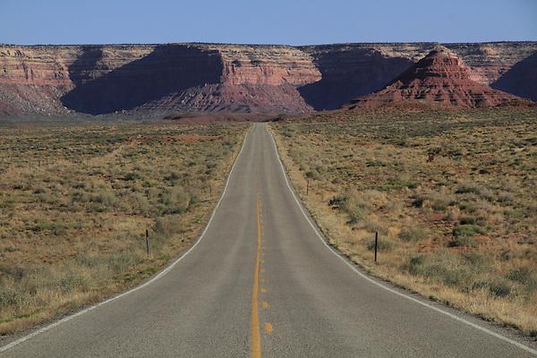 Highway 316 leading to Goosenecks State Park, Goosenecks Reserve, Mexican Hat, Utah, USA.