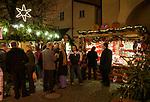 Oesterreich, Salzburger Land, Stadt Salzburg: Weihnachtsstaende in der Altstadt, der Gluehweinstand ist gut besucht | Austria, Salzburger Land, Salzburg: Christmas stalls at Old Town, hot wine punch stall is well frequented