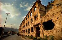Mostar / Bosnia Erzegoviva / BIH 1995.Veduta del Bulevard la strada principale di Mostar divenuta prima linea durante la guerra che ha opposto croati e mussulmani tra il 1992 e in 1995..Foto Livio Senigalliesi..Mostar / BIH 1995.Destroyed buildings on Bulevar, main street in Mostar..During the war Bulevar was - and largely still is - the separation line between the bosniak and the croatian side of Mostar..Photo Livio Senigalliesi