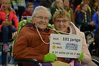 SCHAATSEN: HEERENVEEN: 02-11-2019, IJsstadion Thialf, World Cup Kwalificatietoernooi, 101 jarige mevr. Jo Tonkes uit Noordbroek met haar dochter Karin, ©foto Martin de Jong