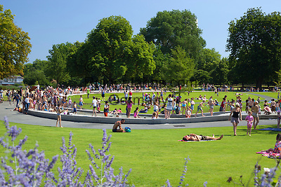 United Kingdom, England, London: Diana, Princess of Wales Memorial Fountain, opened by Her Majesty The Queen on 6th July 2004, in Hyde Park   Grossbritannien, England, London: Diana, Princess of Wales Memorial Fountain, eingeweiht durch Her Majesty The Queen am 6. Juli 2004 im Hyde Park